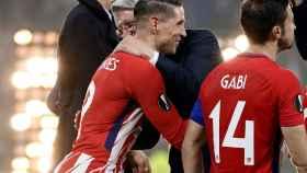Enrique Cerezo abraza a Fernando Torres tras la victoria en la Europa League.