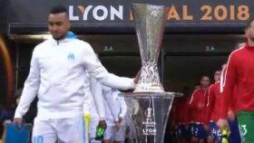 Payet en el momento de tocar la copa de la Europa League.