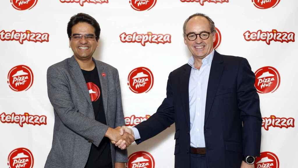 Milind Pant, presidente de Pizza Hut, y Pablo Juantegui, de Telepizza.