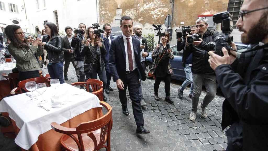 El líder del M5S, Luigi Di Magio, abandona la Cámara Baja del Parlamento en Roma este miércoles.