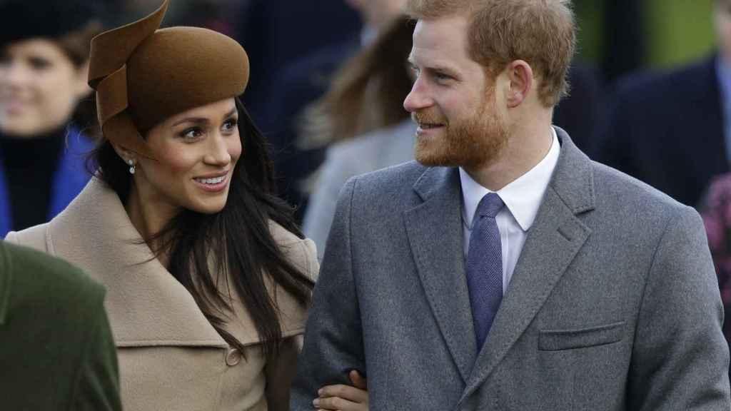 El príncipe Harry y Meghan Markle con sombrero de Philip Treacy