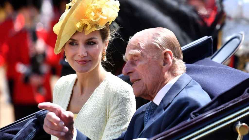 El duque de Edimburgo y la reina Letizia con sombrero de Philip Treacy.