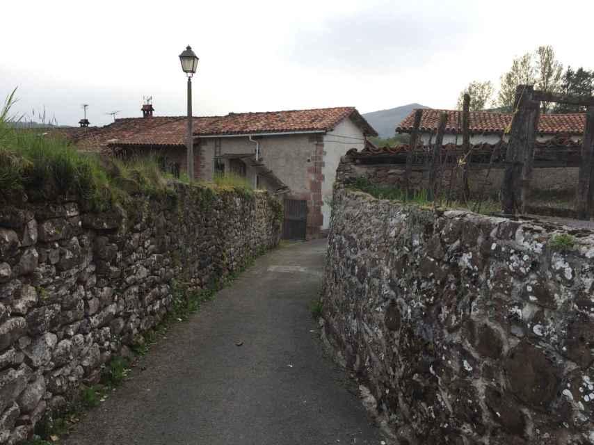 El callejón de piedra del barrio de Bozate, conocido durante siglos como el barrio maldito.