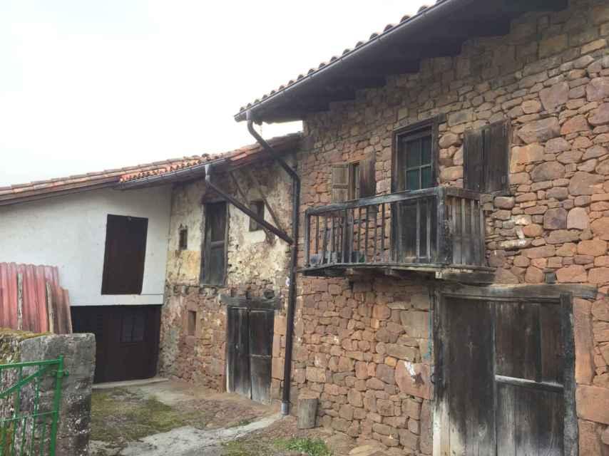 La casa rojiza se conserva prácticamente tal y como la conocieron los agotes represaliados.