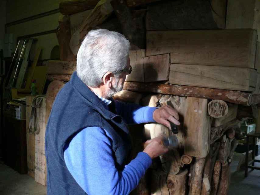 Santxotena, mientras trabaja en su taller.