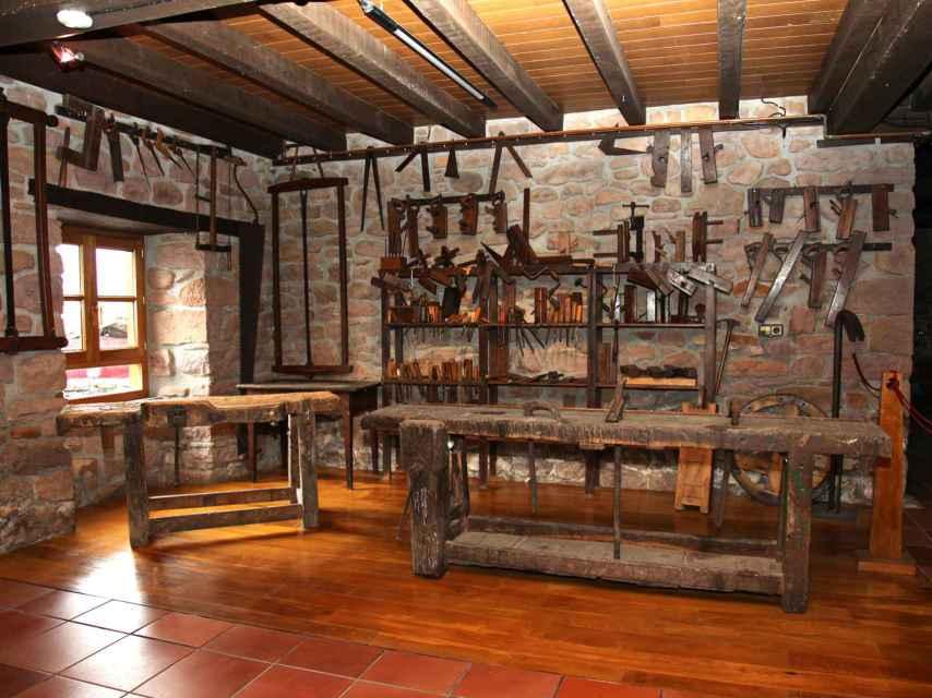 Santxotena conserva en su taller las herramientas que utilizaron sus antepasados.