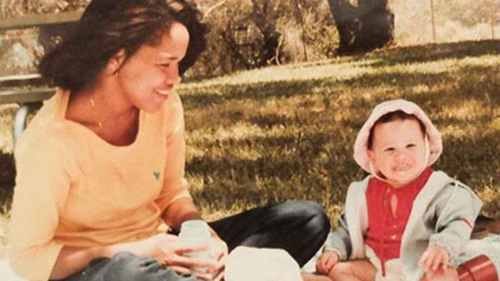 Meghan Markle de pequeña con su madre.