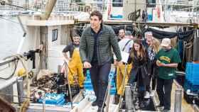 El actor español Javier Bardem se ha subido a un barco en Blanes para recoger plástico del mar.