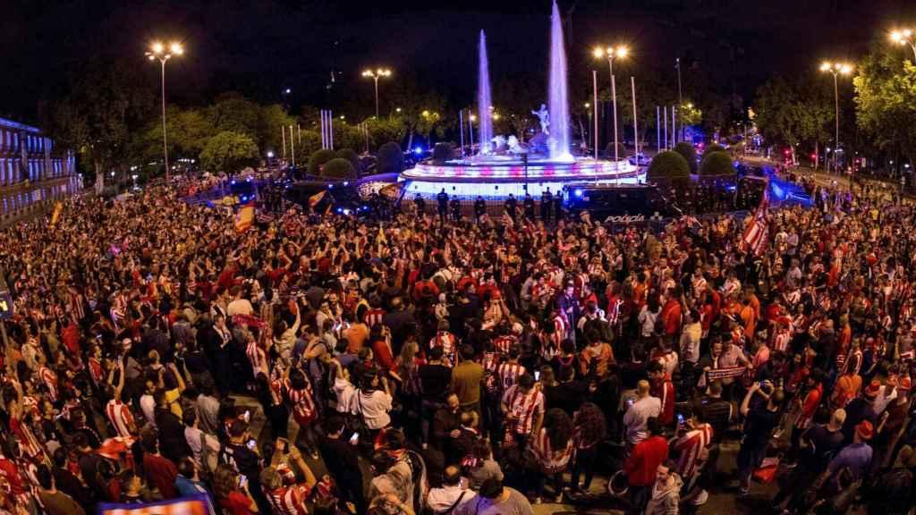 Aficionados del Atlético de Madrid celebran la victoria en la final de la Europa League en la plaza de Neptuno.