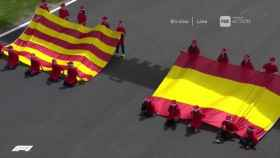 Las banderas de España y Cataluña antes de la carrear en Montmeló.