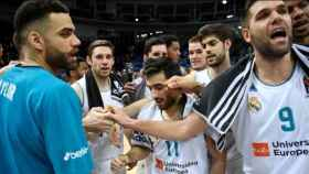 Jugadores del Real Madrid de baloncesto celebran una victoria. Foto: euroleague.net