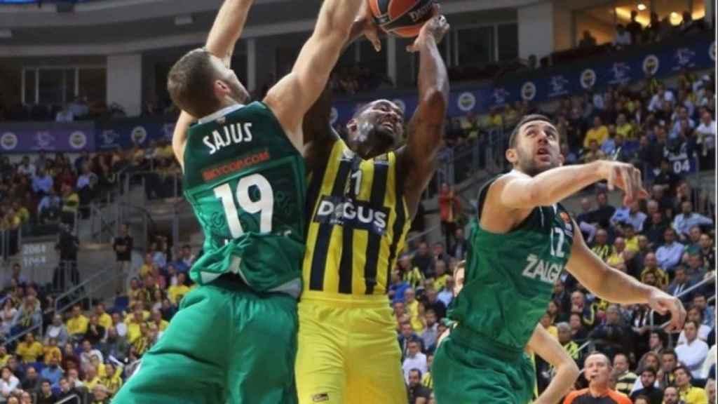 Defensores del Zalgiris torpedean una penetración de Wanamaker. Foto: euroleague.net