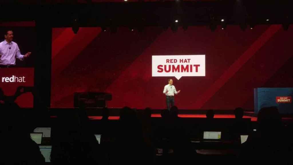 Jim Whitehurst en el escenario del Red Hat Summit 2018.