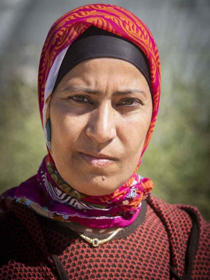 Juegan con nuestra necesidad, denuncian las mujeres. Chania Rabia nació en 1973 en Tánger, ciudad del norte de Marruecos. Es viuda. Tiene tres hijos. Dice que ha abandonado la finca en la que trabajaba porque su encargado quiere violarla. Cuenta que va a denunciar.