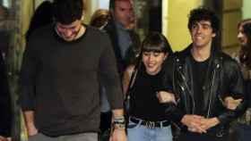 Cepeda, Aitana y Javier Ambrossi, por las calles de Madrid.