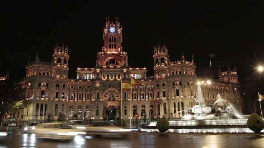 El Palacio de Cibeles, en Madrid, iluminado de noche.
