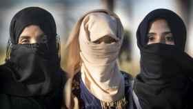 Tres de las mujeres que denuncian haber sufrido abusos o agresiones sexuales en los campos de fresas de Huelva.