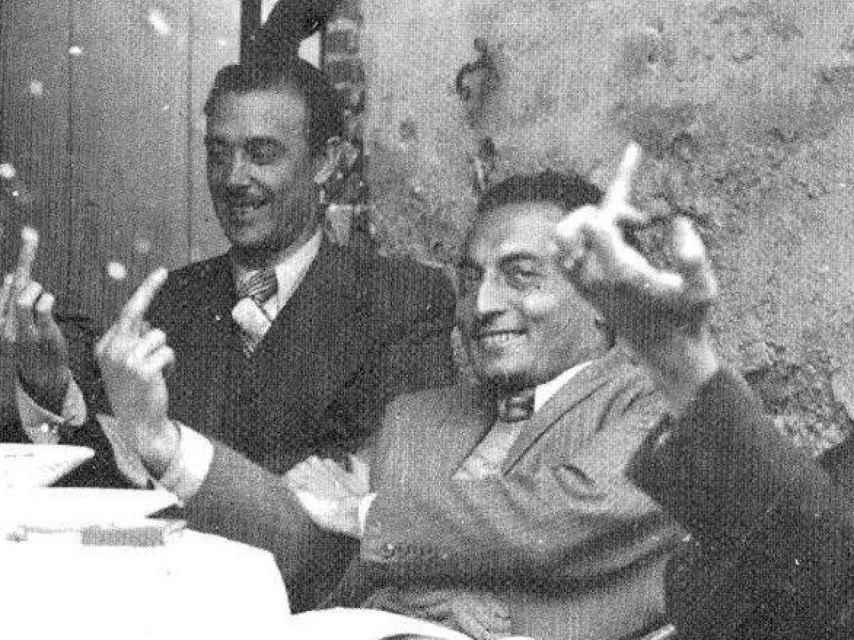 En el centro, Miquel Badia, el 'Capità Collons'. En el fondo su hermano Josep. Ambos haciendo la peineta