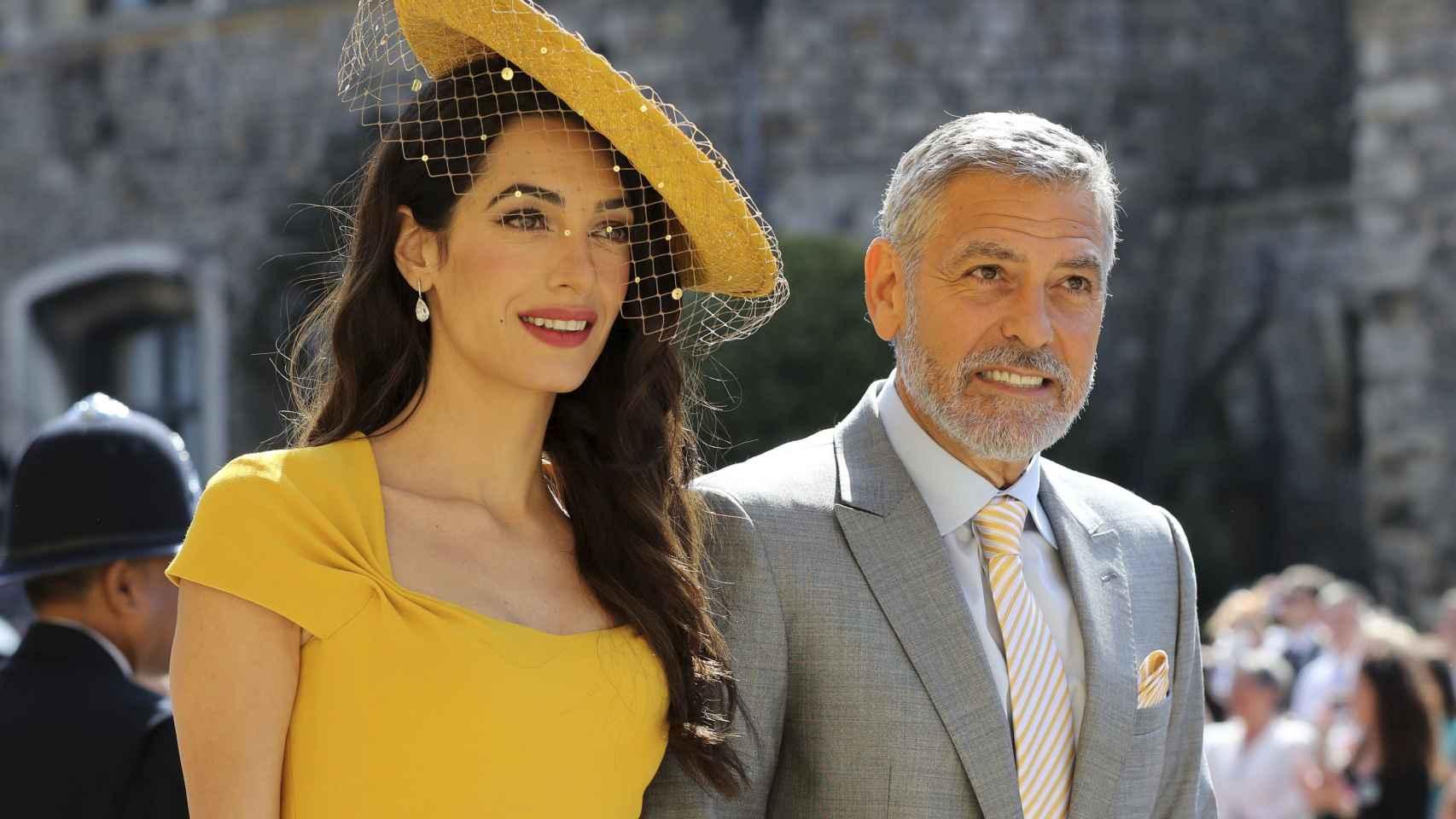 El matrimonio Clooney ha decidido jugar con el amarillo e ir conjuntados a la boda real.