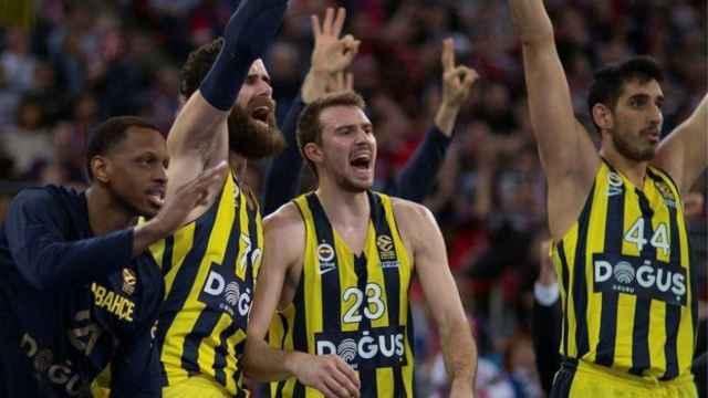 Los jugadores del Fenerbahçe celebran la victoria ante Baskonia. Foto: Twitter (@FBBasketbol)
