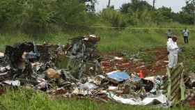 Miembros del equipo de rescate trabajan en la zona donde cayó el avión.