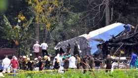 Policías y militares trabajan entre los restos del avión Boeing-737 que este viernes se estrelló en Cuba.