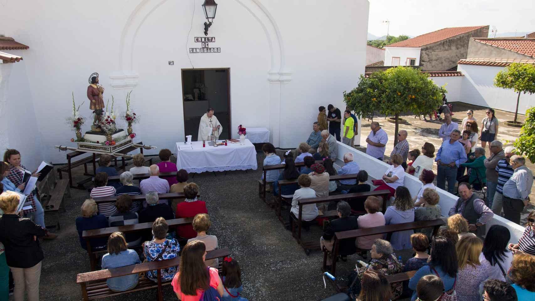 Un momento de la Eucaristía previa a la salida de la procesión. Foto Fernando Ruso