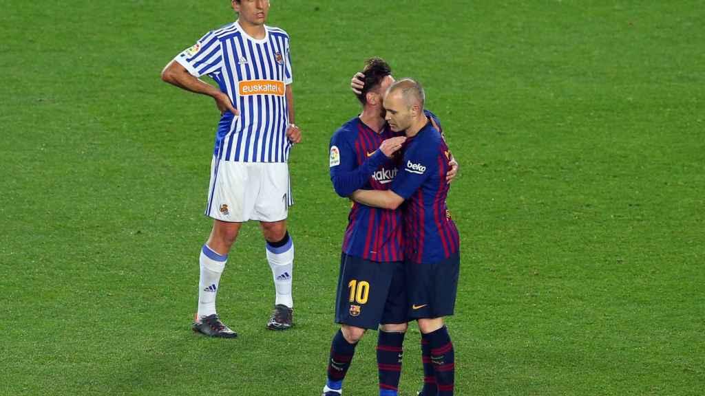 Iniesta le cede el brazalete de capitán a Messi en un partido de la última Liga Santander.