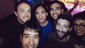 Ada Colau junto a un grupo de asistentes en el Delirio Live.