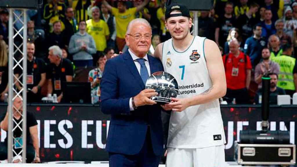 Luka Doncic recibiendo el MVP de la Final Four de la Euroliga