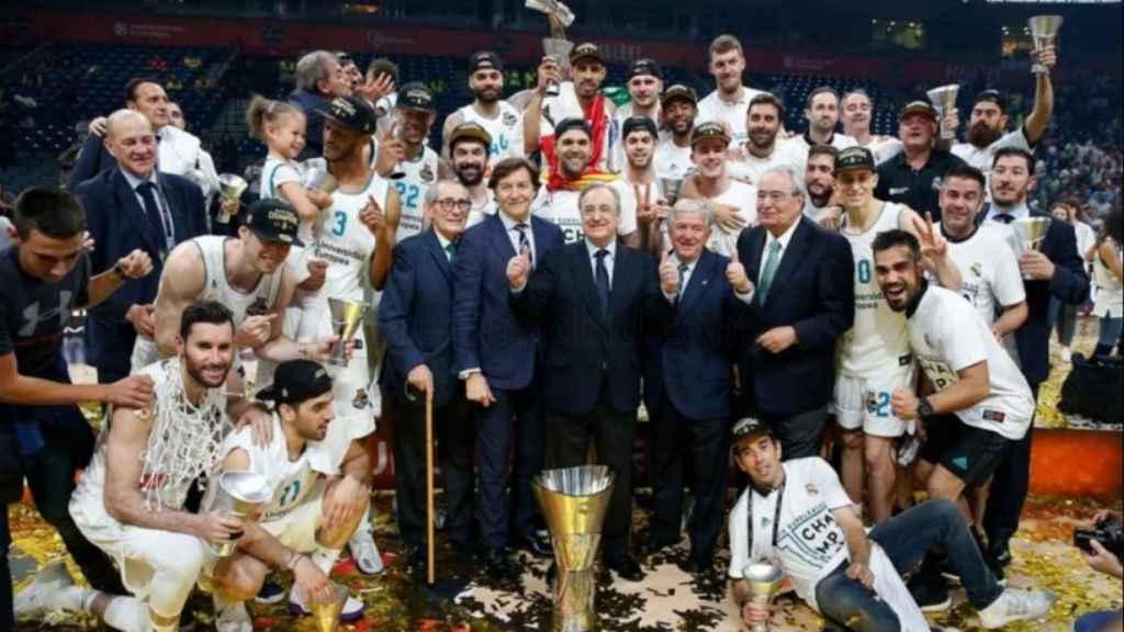 Florentino Pérez con la plantilla y la Euroliga