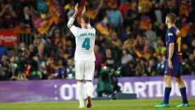 Sergio Ramos aplaude a los madridistas en el Camp Nou Foto: Manu Laya/El Bernabéu