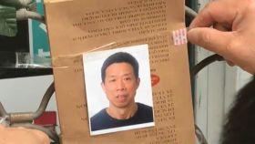 Homenaje al tendero chino en la puerta de su local.