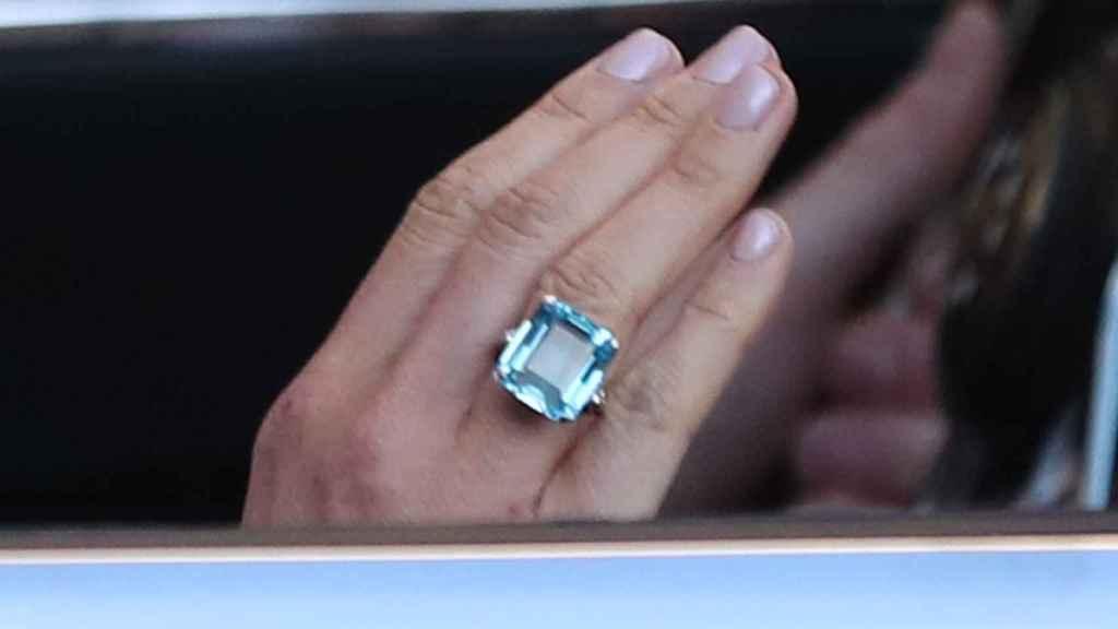 El anillo aguamarina talla esmeralda.