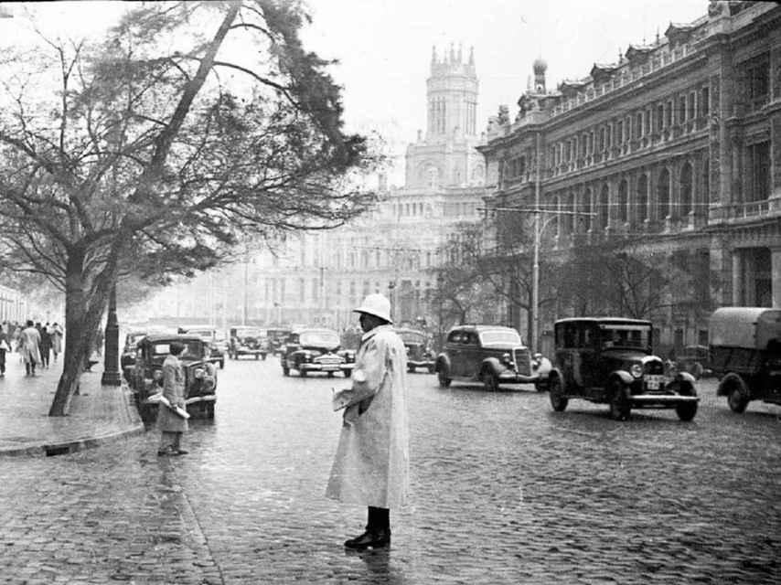 Calle Alcalá con la calle Barquillo, en los años cuarenta.