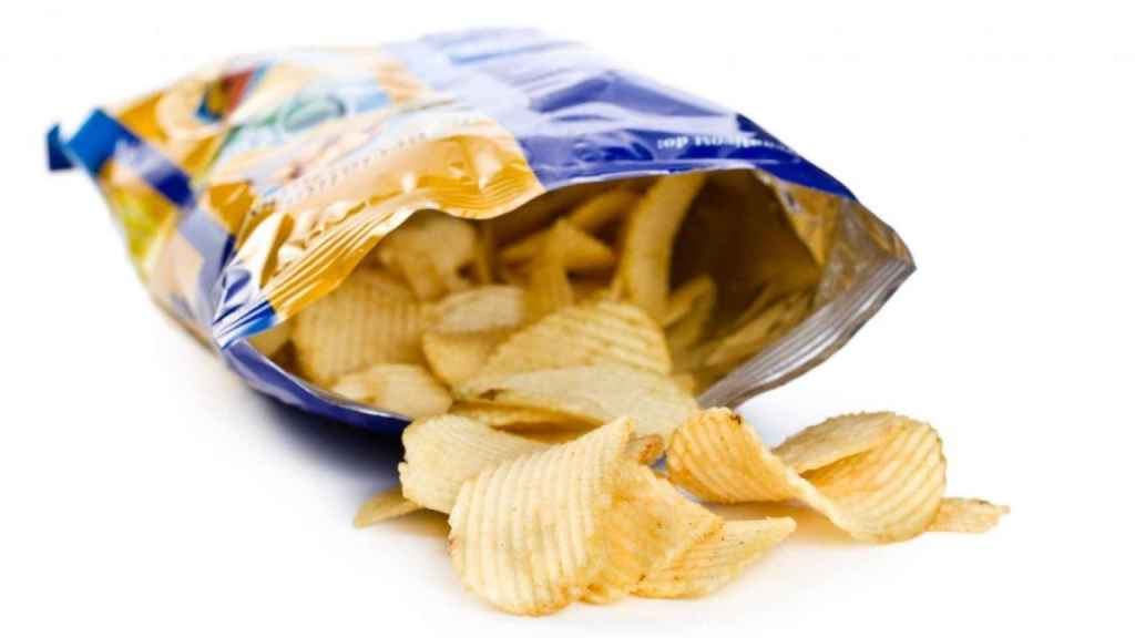 Una bolsa de patatas fritas.