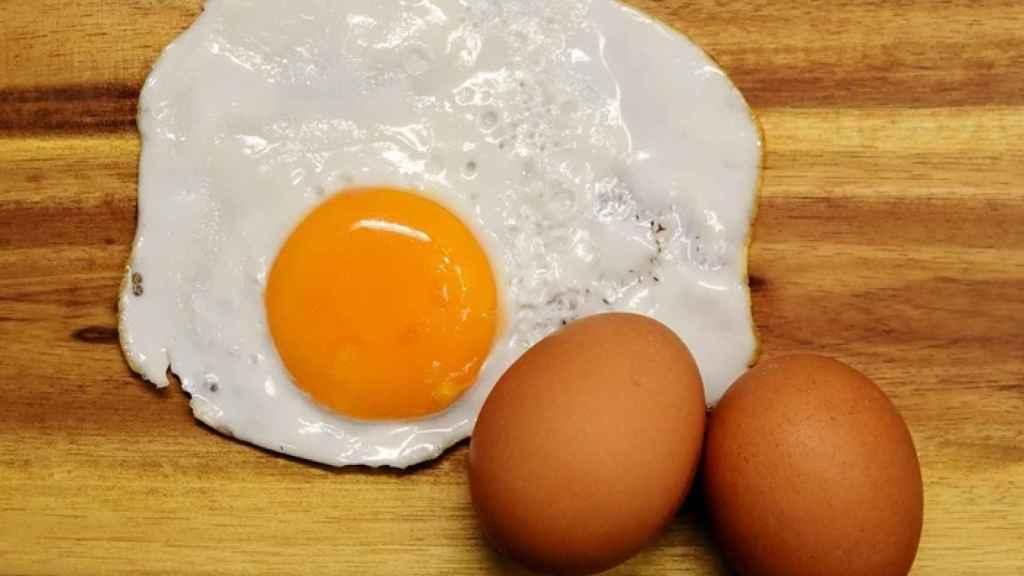 Un huevo contiene alrededor de 200 miligramos de colesterol.