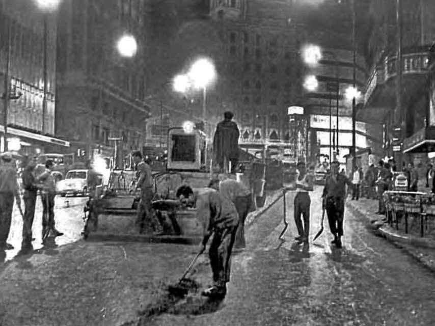 Asfaltando la Gran Vía, la noche del 20 de julio de 1967.