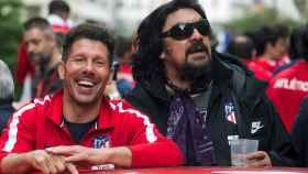 Simeone y el Mono Burgos celebran la Europa League en Madrid.