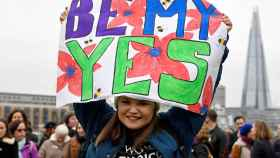 Una manifestante sostiene una pancarta en Londres manifestándose de cara al referéndum.
