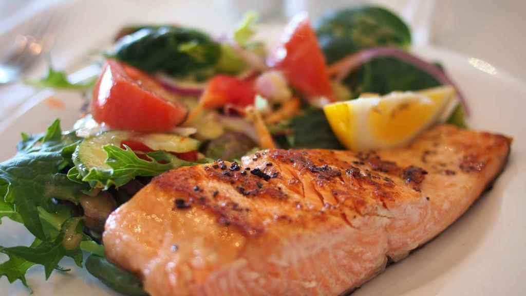 Un plato de salmón rico, rico y con fundamento.