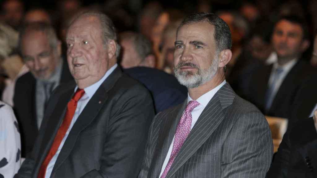 Felipe VI y Juan Carlos I en un acto público.
