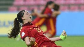 Eva Navarro celebra un gol con España.