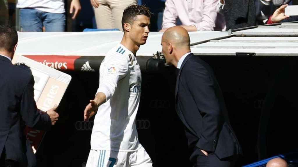 Cristiano Ronaldo saluda a Zidane. Foto: Pedro Rodríguez / El Bernabéu