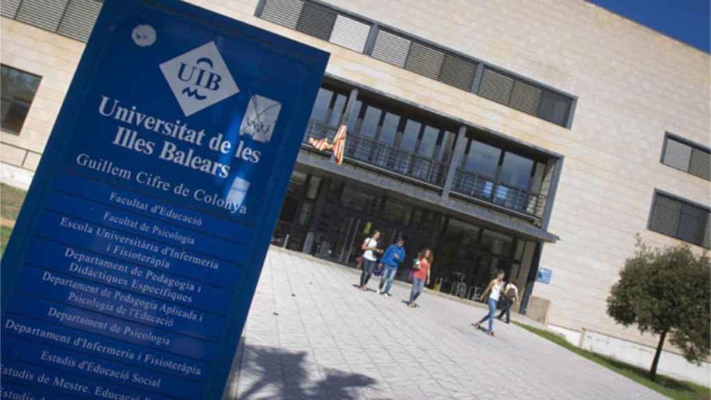 Entrada a uno de los edificios de la Universidad de Baleares