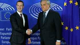 Zuckerberg saluda al presidente de la Eurocámara, Antonio Tajani