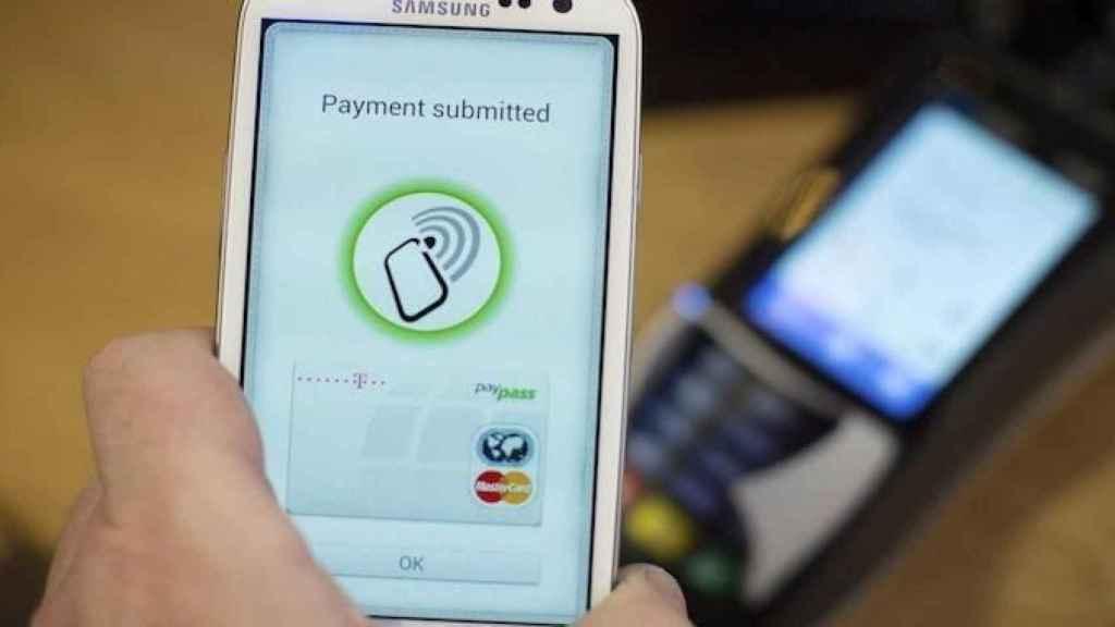 Un usuario efectúa un pago a través de una aplicación 'fintech' en su móvil, en una imagen de archivo.