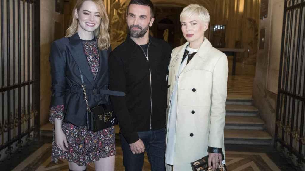 El diseñador junto a Emma Stone y Michelle Williams.