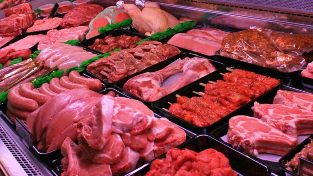 El muestrario de carnes de una carnicería tradicional de toda la vida.