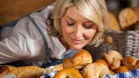 Una mujer salivando tras oler pan.